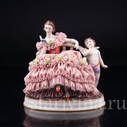 Фарфорвая статуэтка Грезы любви, девушка с книгой на диване, кружевная, Muller & Co, Германия, нач. 20 в.